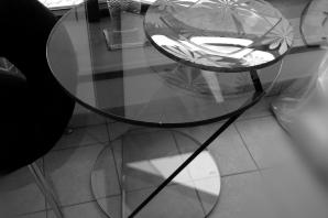 celoskleněný stůl