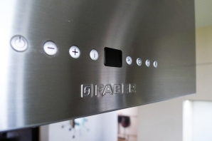 Design a realizace kuchyňské linky jilm/champagne/nerez/sklo