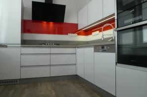 Realizace kuchyň bílý lesk - obklad červená, bílá, šedá