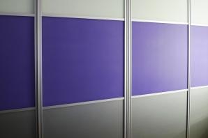 Realizace vestavěná skříň titan-stříbrná-fialová-bílá