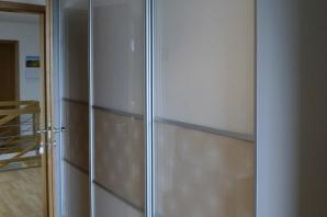 vestavěná skříň s dveřmi s grafikou